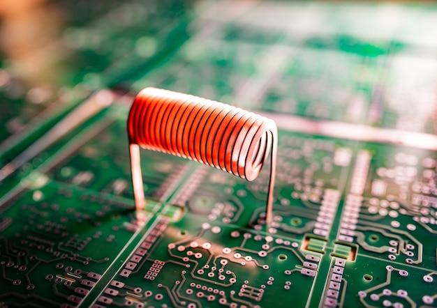 Closeup fil de cuivre torsadé se dresse sur un microcircuit vert.