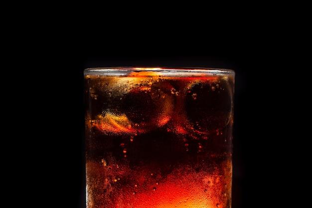 Closeup glace cola refroidissement avec bulle gazeuse