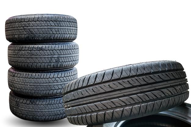 Closeup groupe de pneus sur fond blanc