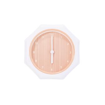 Closeup horloge murale brune pour décorer à 6 heures isolé sur fond blanc avec un tracé de détourage