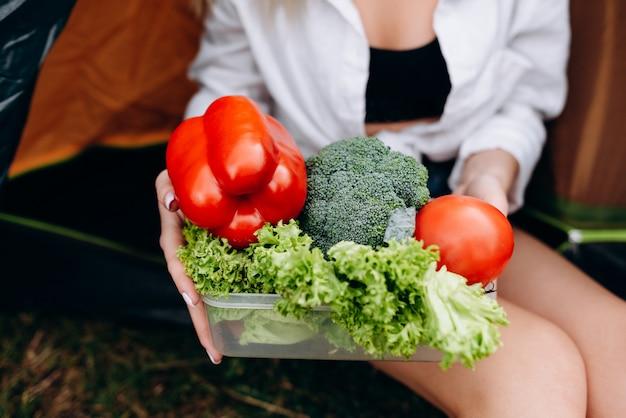 Closeup a légumes frais en mains féminines