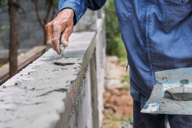 Closeup main d'ouvrier plâtrent