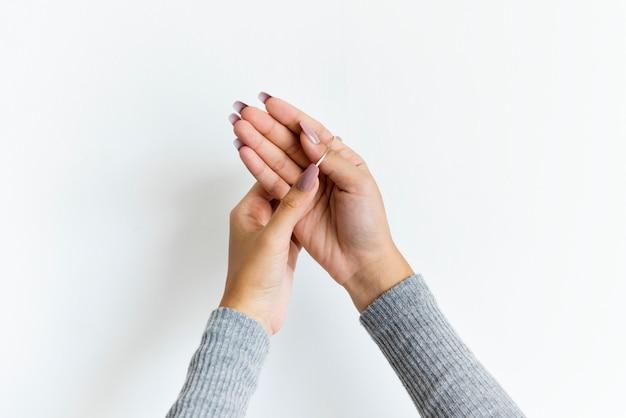 Closeup, mains femme, à, manche longue, isolé, blanc