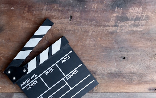 Closeup movie clapper board sur table en bois