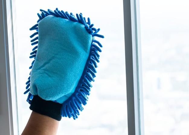 Closeup of hands nettoyage concept de corvées domestiques fenêtre