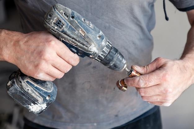 Closeup ouvrier plombier maître nettoyage des tuyaux en cuivre avec brosse professionnelle.