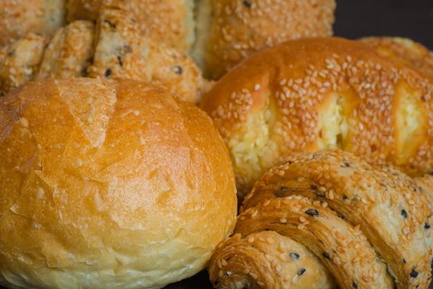 Closeup pain de boulangerie maison traditionnel au sésame.