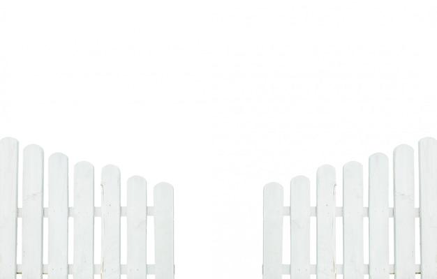 Closeup peint clôture blanche isolée on white