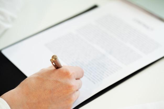 Closeup personne signe un contrat de coopération