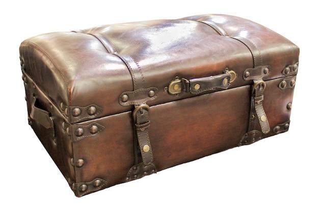 Closeup poitrine valise en cuir isolé sur blanc.
