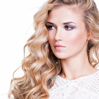 Closeup portrait de belle femme aux cheveux blonds - isolé sur blanc.
