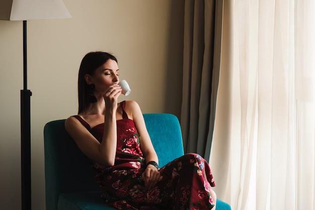 Closeup portrait de belle femme buvant du café.