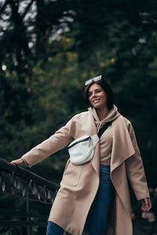 Closeup portrait de belle femme à la mode dans le parc.