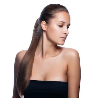 Closeup portrait d'une belle jeune femme aux cheveux long brillant et élégant