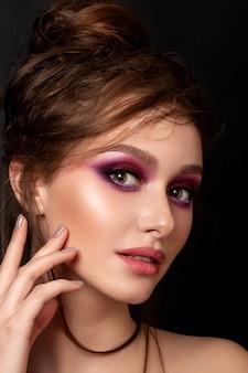 Closeup portrait de belle jeune femme aux yeux smokey rose vif maquillage d'été moderne