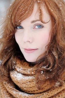 Closeup portrait de belle jeune femme en hiver