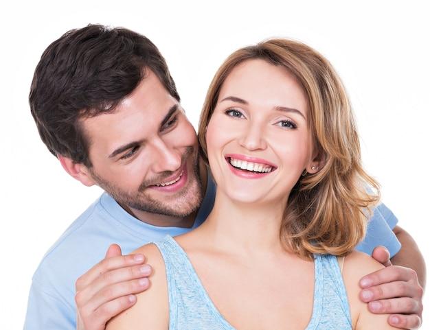Closeup portrait de couple souriant attrayant isolé