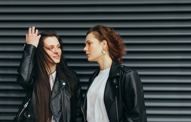 Closeup portrait de deux jolies filles en veste de cuir