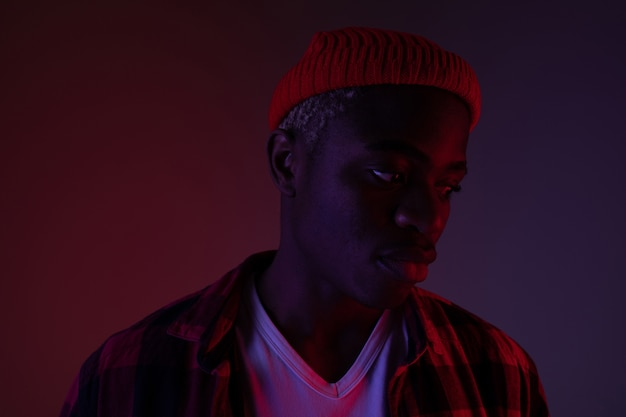 Closeup portrait d'un élégant bel homme noir africain en néon.