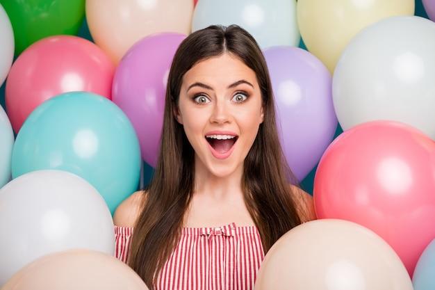 Closeup portrait d'elle elle belle attrayante belle jolie séduisante mignonne étonnée joyeuse joyeuse fille aux cheveux longs s'amusant parmi les boules d'air colorées journée fraîche