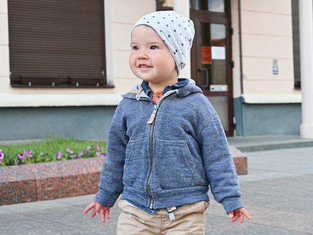 Closeup, portrait, enfant, marche, ville