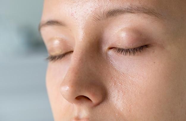Closeup portrait de femme blanche yeux fermés