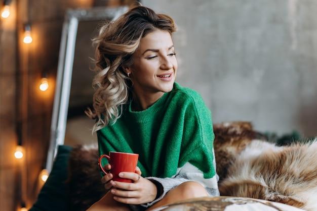 Closeup portrait d'une femme blonde souriante
