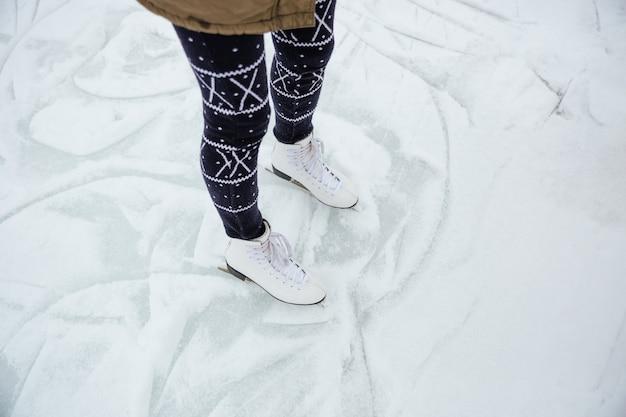 Closeup portrait d'une femme jambes en patins à glace