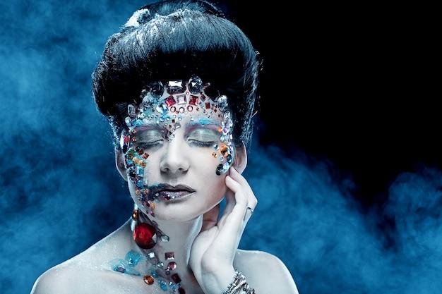 Closeup portrait de femme avec maquillage artistique.