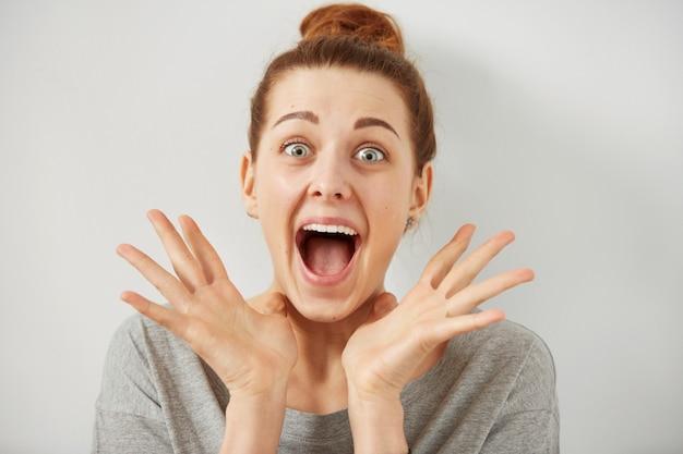 Closeup portrait femme à la surprise en pleine incrédulité bouche grande ouverte