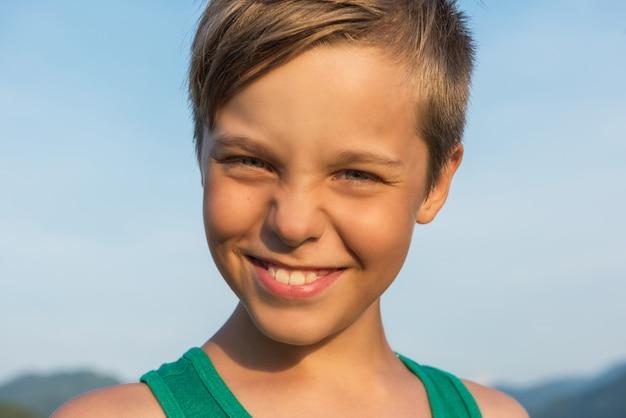 Closeup portrait d'un garçon en jour d'été.
