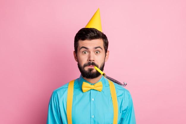 Closeup portrait de gars barbu comique funky soufflant sifflet