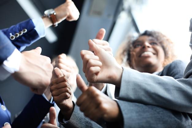 Closeup portrait de gens d'affaires donnant des pouces vers le haut.