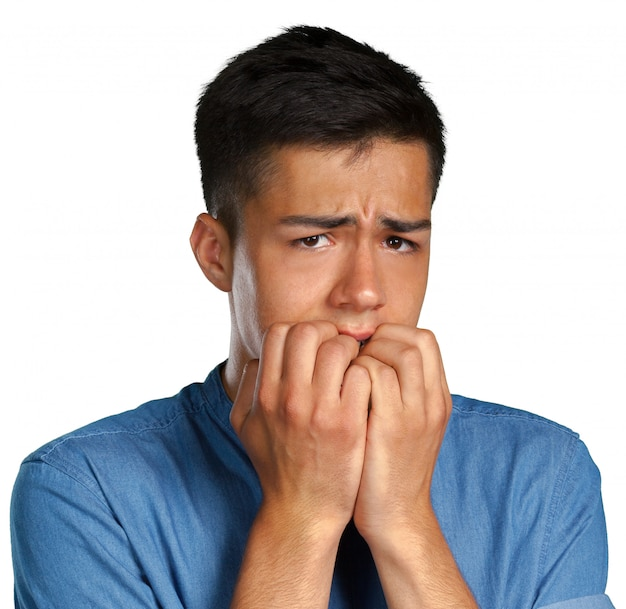 Closeup portrait d'un homme se ronger les ongles et regarder la caméra