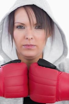 Closeup portrait de jeune femme portant des gants de boxe
