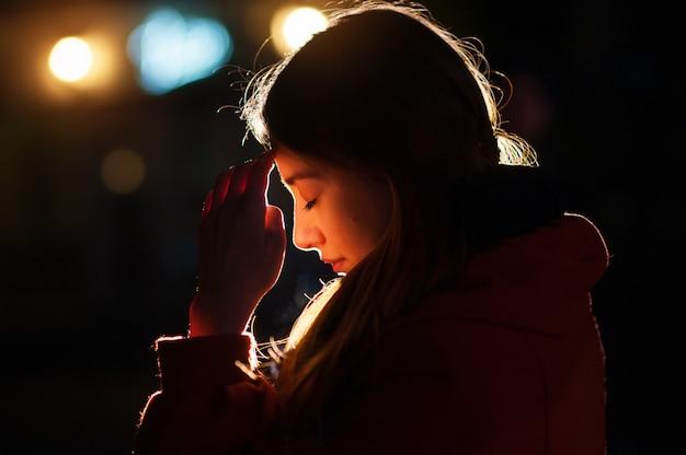 Closeup, portrait, jeune, femme, prier