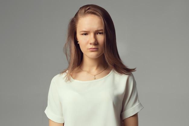 Closeup portrait, jeune femme triste