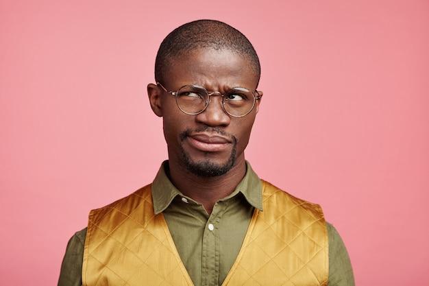 Closeup portrait de jeune homme afro-américain
