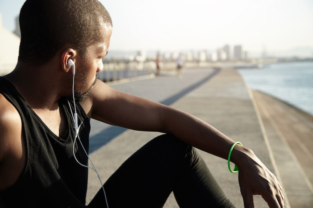 Closeup portrait de jeune homme barbu, écouter de la musique