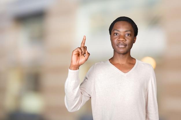 Closeup portrait de jeune homme pointant vers le haut
