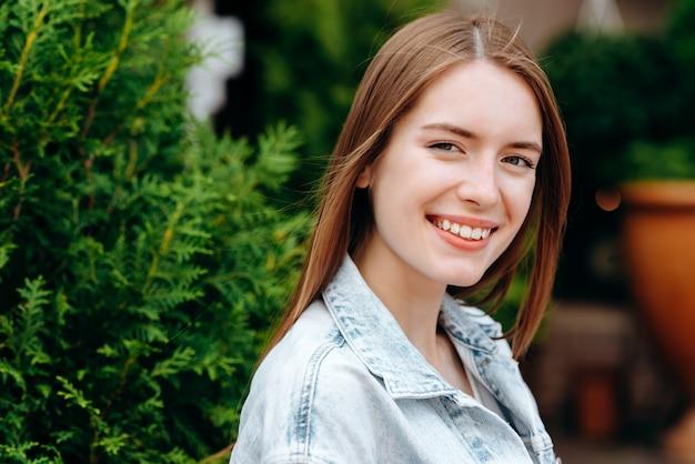 Closeup portrait de jolie fille souriante en plein air
