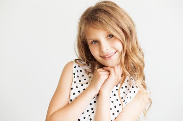 Closeup portrait d'une jolie petite fille sur un fond blanc