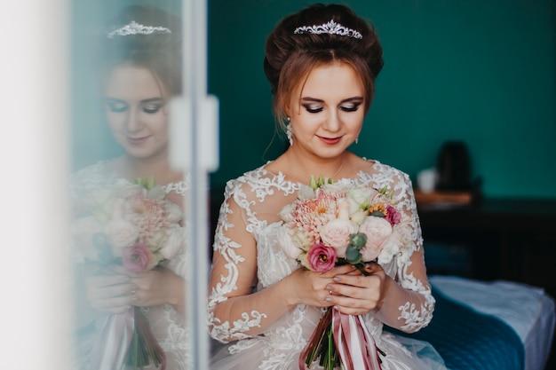 Closeup portrait d'une mariée russe avec un bouquet dans ses mains.