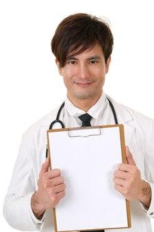 Closeup portrait de médecin de médecine asiatique tenant un tableau blanc sur fond blanc en studio.