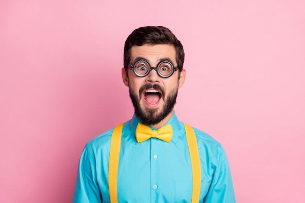 Closeup portrait de nerd comique fou de joie