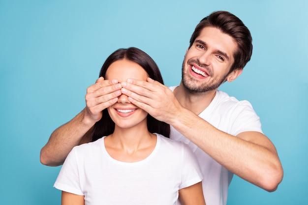 Closeup portrait of couple guy fermant les yeux des filles