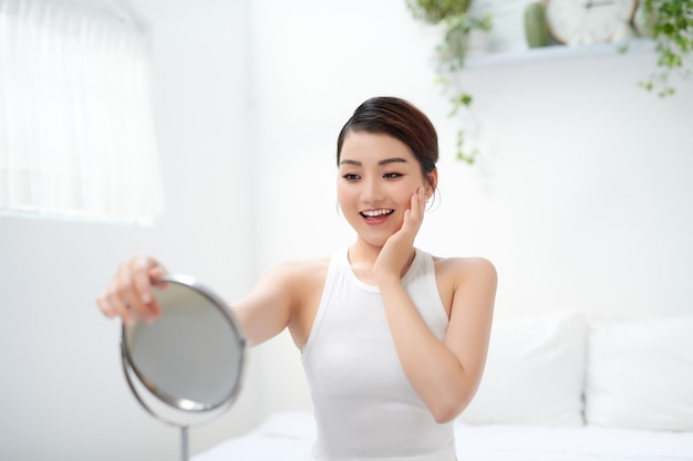 Closeup portrait of model girl avec une peau du visage lisse et saine