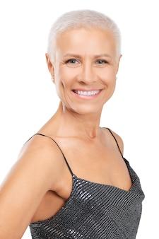 Closeup portrait of senior lady avec une peau saine et un sourire éclatant isolé