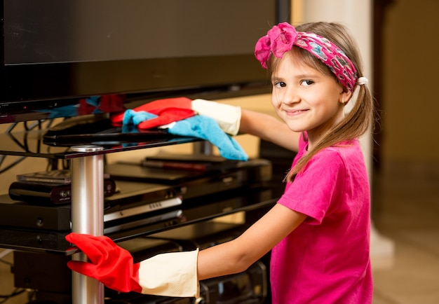 Closeup portrait of smiling girl polissage table tv au salon