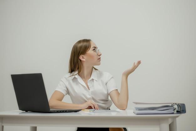 Closeup portrait of a young woman office manager à son lieu de travail prêt